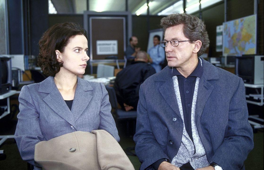 Eigentlich wollte die Fernsehmoderatorin Anna Riebauer (Claudia Michelsen, l.) mit ihrem Mann Mathias (Miroslav Nemec, r.), Chirurg in einem Kranken... - Bildquelle: Frank Lemm ProSieben