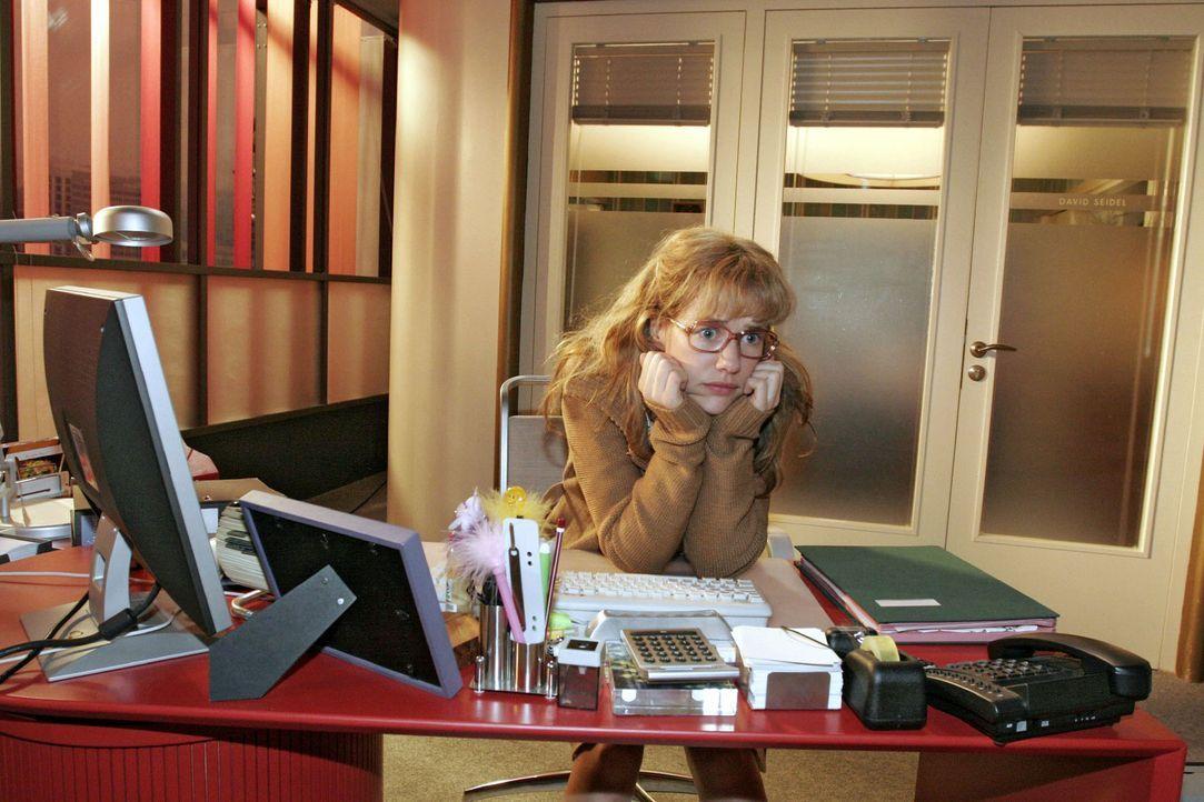 Lisa (Alexandra Neldel) sitzt nervös an ihrem Schreibtisch - sie will David endlich von ihrem Treffen mit Blum und dem Bestechungsversuch erzählen .... - Bildquelle: Noreen Flynn Sat.1