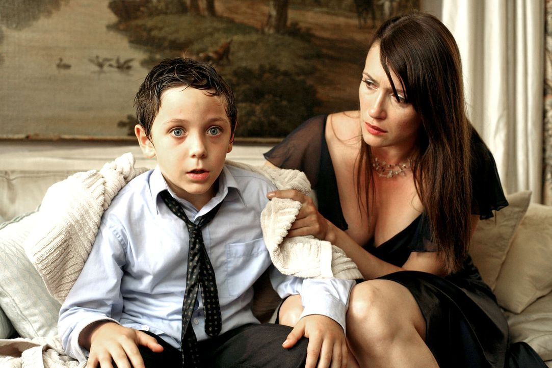 Während Marion (Claudia Mehnert, r.) noch erschrocken ist, dass ihr Sohn beinahe im Pool ertrunken ist, hat Adrian (Konstantin Reichmuth, l.) plötzl... - Bildquelle: Petro Domenigg Sat.1