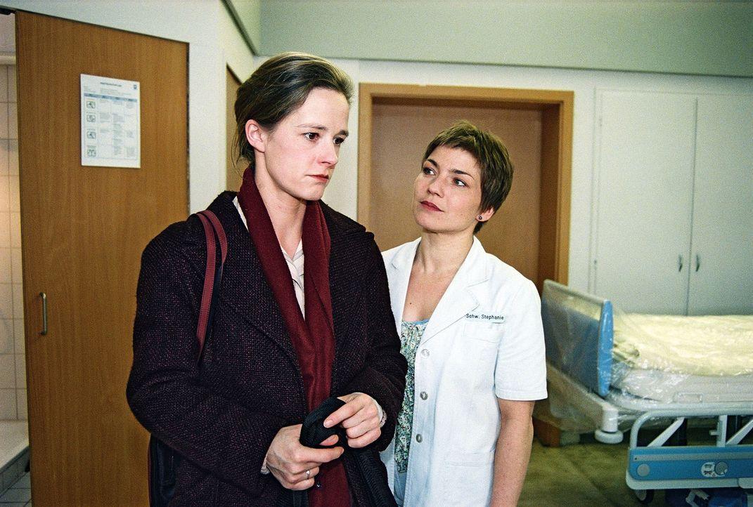 Stephanie (Claudia Schmutzler, r.) möchte von Lydia Bergmann (Dagmar Sitte, l.) wissen, welches Geheimnis deren Tochter Tanja verbirgt ... - Bildquelle: Monika Schürle Sat.1