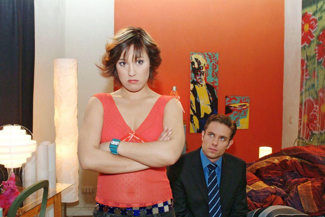 Yvonne (Bärbel Schleker, l.) ist zwar enttäuscht, dass Max (Alexander Sternberg, r.) sie nicht bei der Party dabeihaben will, sagt ihm aber ganz deu... - Bildquelle: Monika Schürle Sat.1