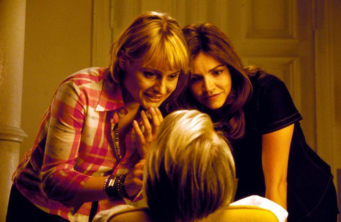 Biene (Isabel Tuengerthal, l.) und Sandra (Rebecca Immanuel, r.) untersuchen den verletzten Felix (Christoph M. Ohrt, M.). - Bildquelle: Spitz Sat.1