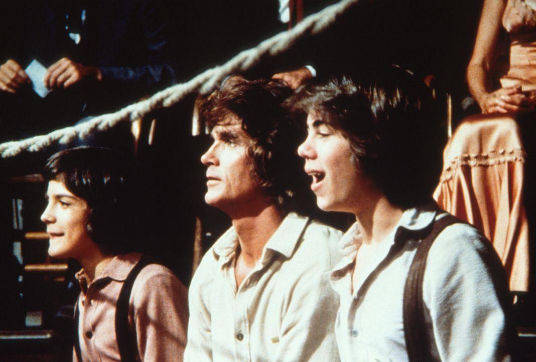 Charles Ingalls (Michael Landon, M.), sein Pflegesohn Albert (Matthew Laborteaux, l.) und Andy (Patrick Laborteaux, r.) verfolgen gespannt Garveys K... - Bildquelle: Worldvision