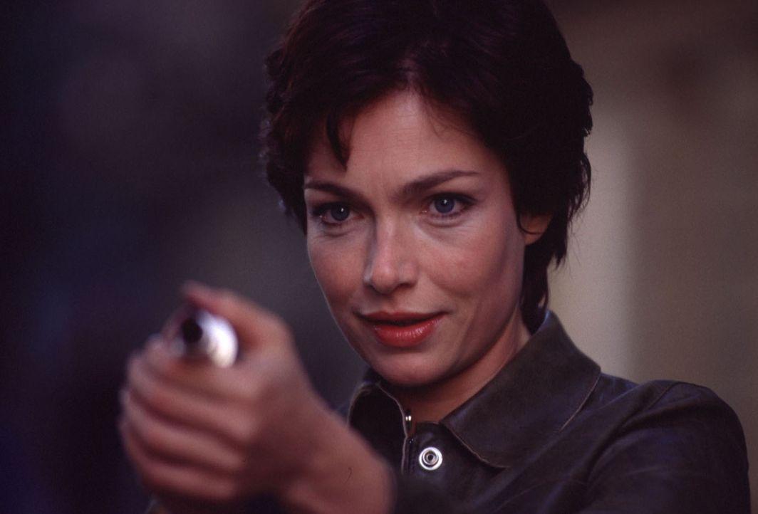 """Um ihre Aufgabe lösen zu können, geben die Liebesengel Angela (Aglaia Szyszkowitz) lediglich eine Liebeszauber versprühende """"Pistole"""" mit auf den sc... - Bildquelle: Gordon Mühle"""