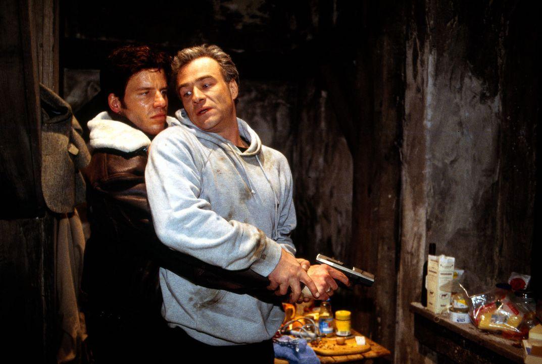 Als Tony Tremp (Tim Bergmann, l.) die Mordermittlungen an einem Investmentbanker aufnimmt, macht er eine schlimme Entdeckung: Sein ehemaliger Kolleg... - Bildquelle: Gordon Sat.1