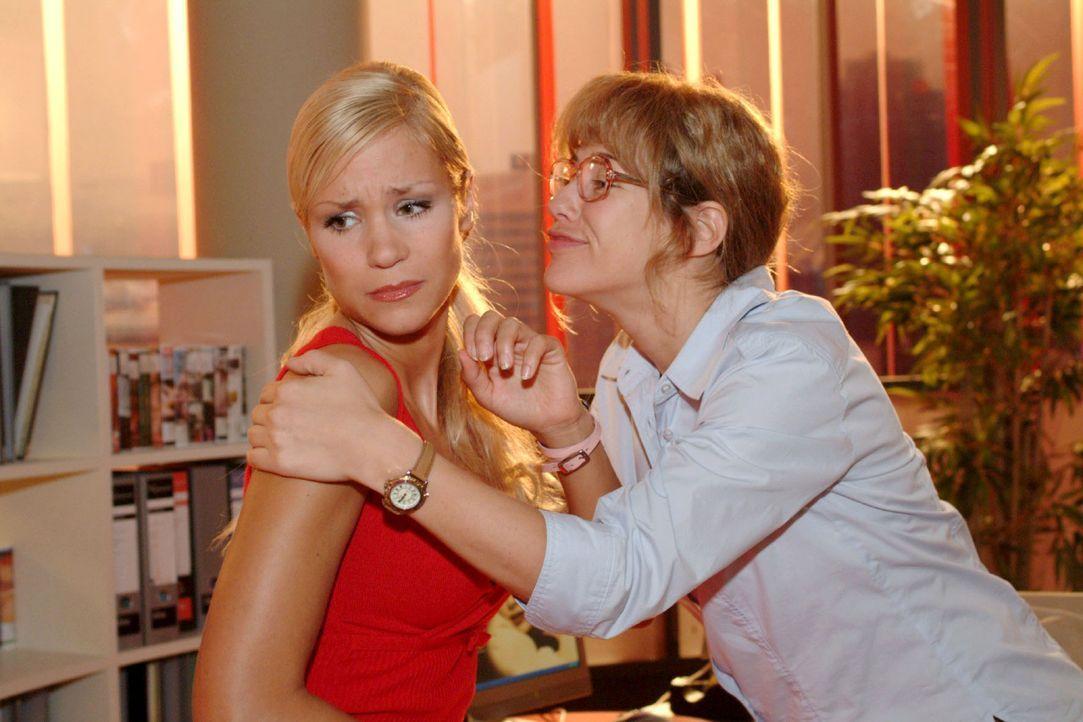 Vor lauter Glück über den ersten Auftrag umarmt Lisa (Alexandra Neldel, r.) sogar Sabrina (Nina-Friederika Gnädig, l.). (Dieses Foto von Alexandra N... - Bildquelle: Monika Schürle Sat.1