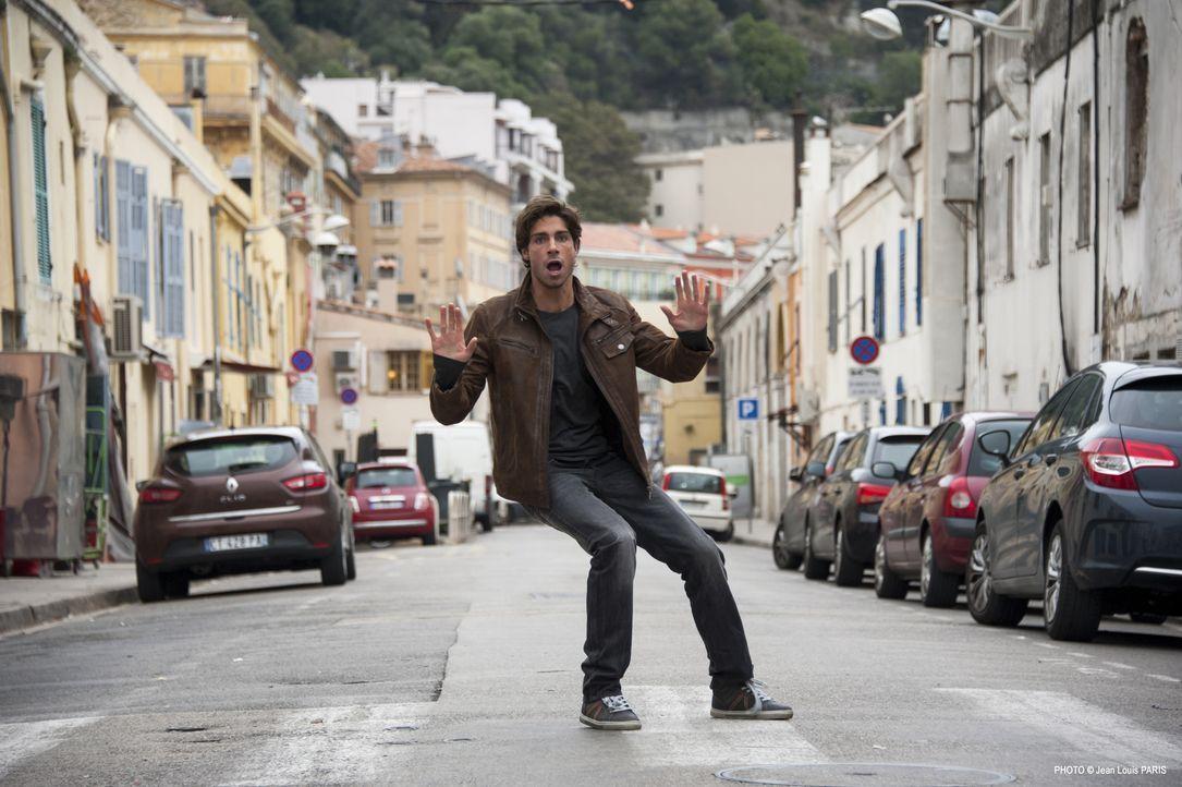 Der Straßenmusiker David Bréand (Tom Leeb) versucht, einer hübschen jungen Frau zu helfen, nachdem dieser die Handtasche geklaut wurde, doch dann wi... - Bildquelle: Jean Louis PARIS
