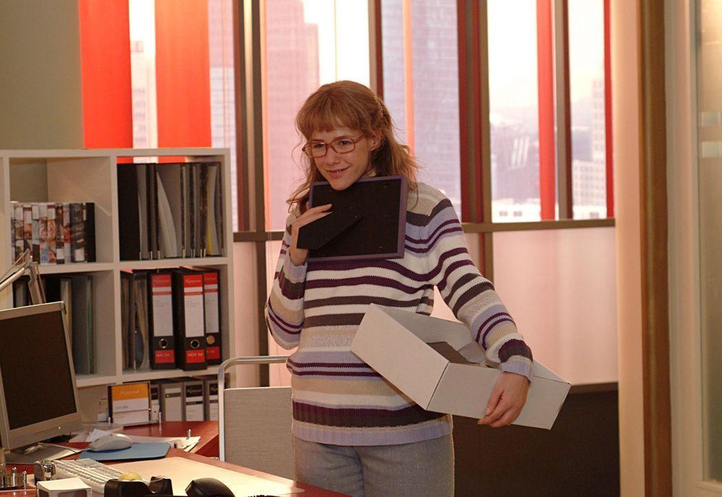 Lisa (Alexandra Neldel) packt in ihrem neuen Büro ihre Sachen aus. Sie kann es kaum fassen: Ab sofort ist sie David ganz nahe!  (Dieses Foto von Ale... - Bildquelle: Monika Schürle Sat.1