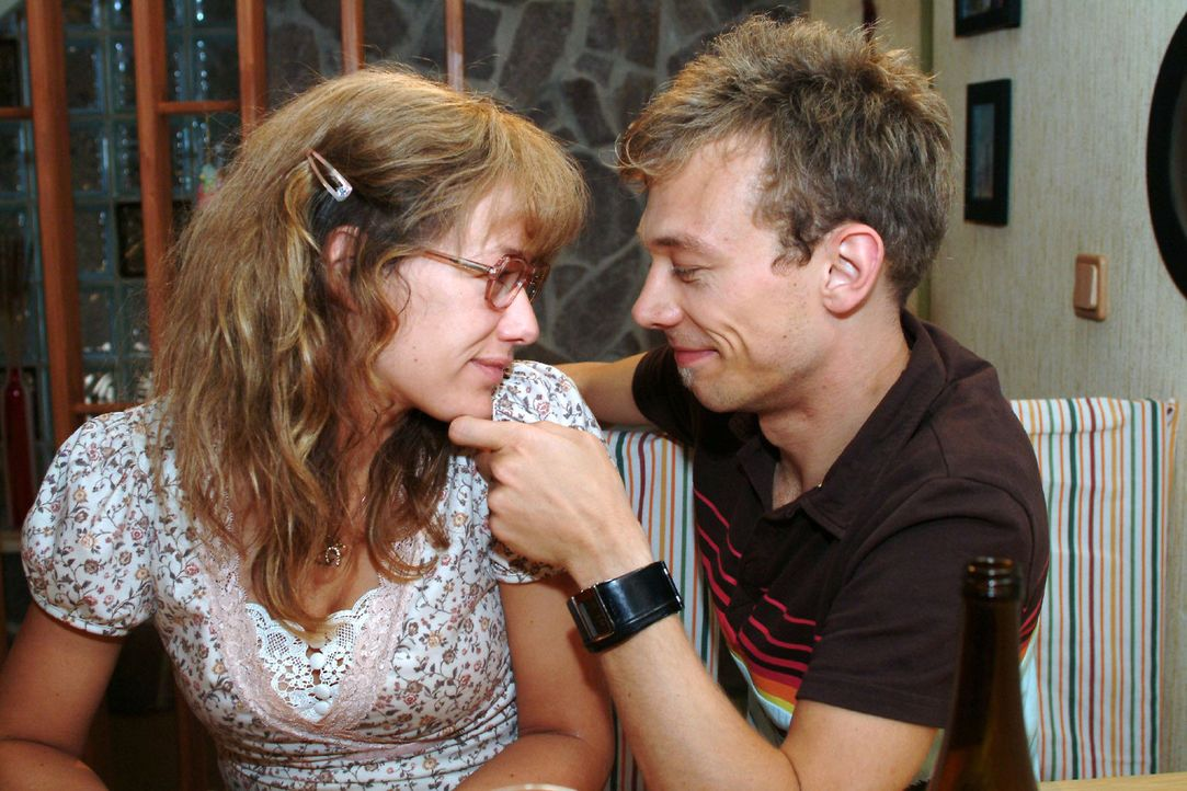 Zwei, die sich sehr gern haben: Lisa (Alexandra Neldel, l.) und Jürgen (Oliver Bokern, r.). (Dieses Foto von Alexandra Neldel darf nur in Zusammenha... - Bildquelle: Monika Schürle Sat.1