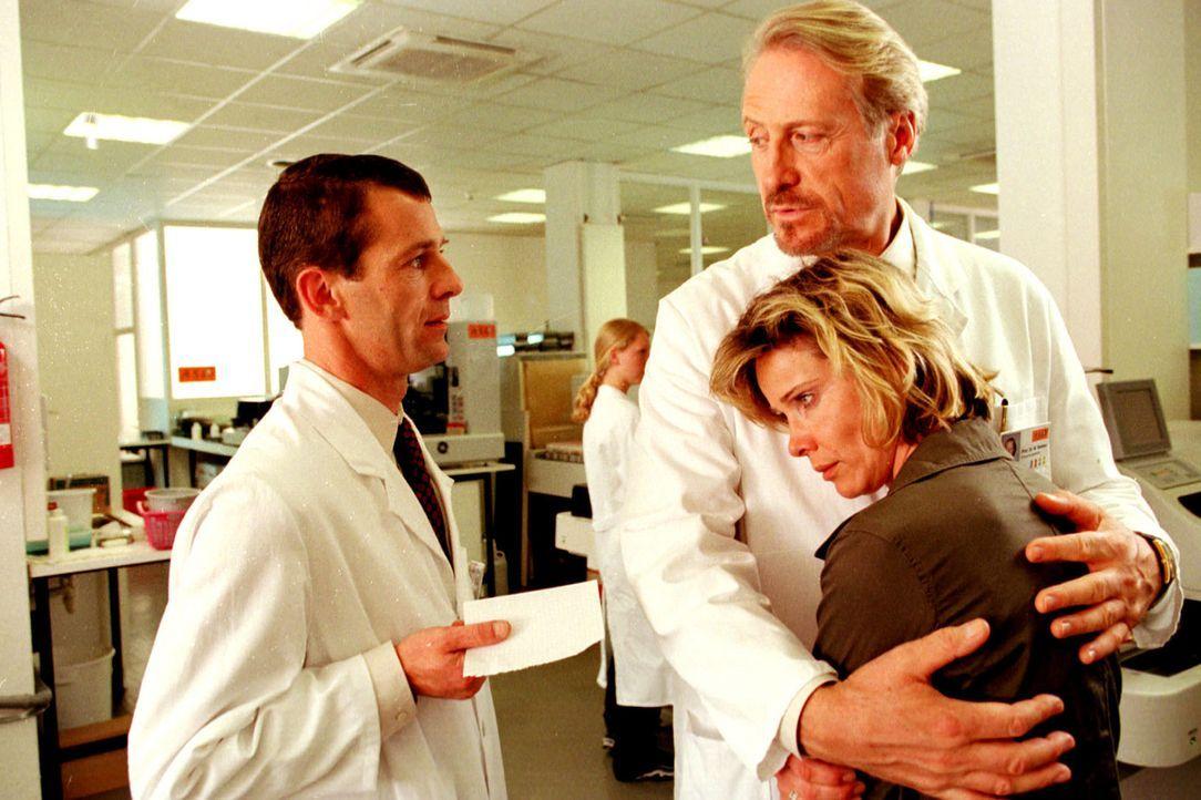 Werner Nielsen (Reiner Schöne, M.), Chef des Virus-Labors ASL, tröstet Sonja (Ann-Kathrin Kramer, r.). Sein Assistent Arnold (Georg Prang, l.) ist a... - Bildquelle: Diane Krüger Sat.1