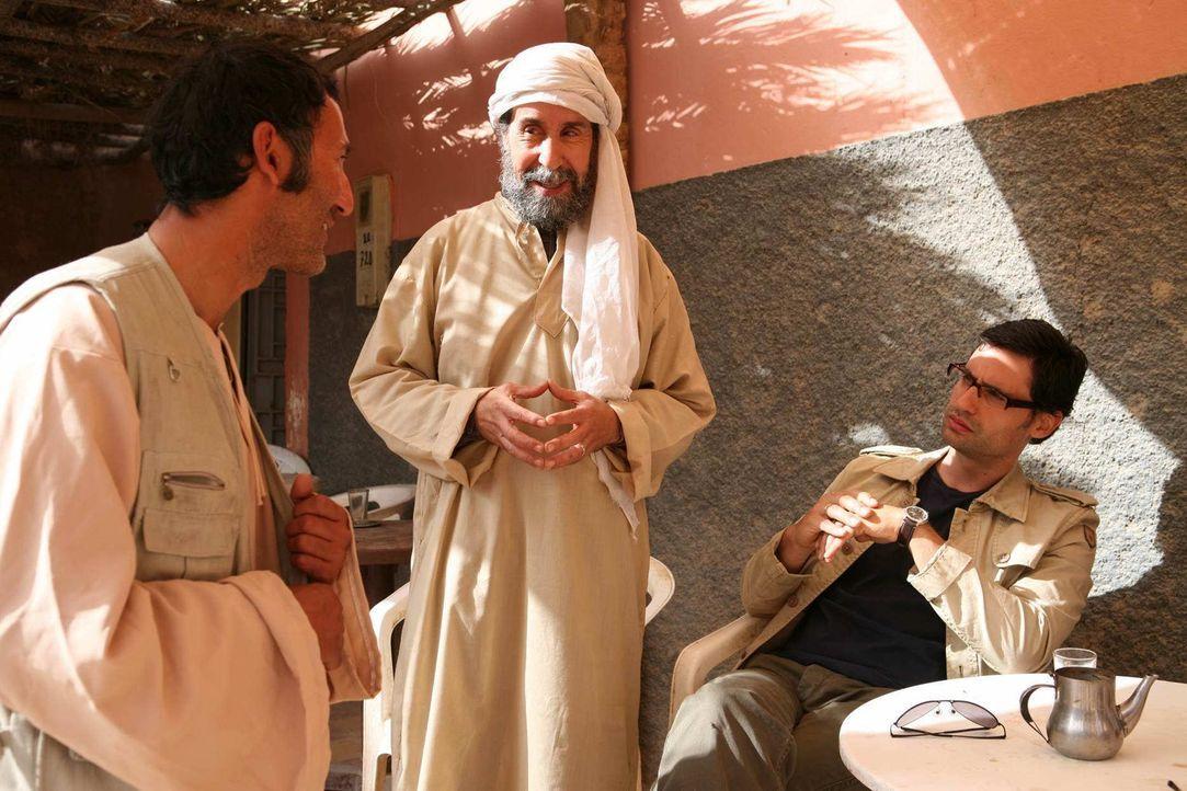 Noch ahnen Zaid (René Ifrah, 2.v.r.) und Murat (David-Ali Hamade, l.) nicht, dass sie seit Jahren von Tarif (Ercan Durmaz, l.) observiert werden. De... - Bildquelle: Sife Elamine und Claudia Rump SAT.1
