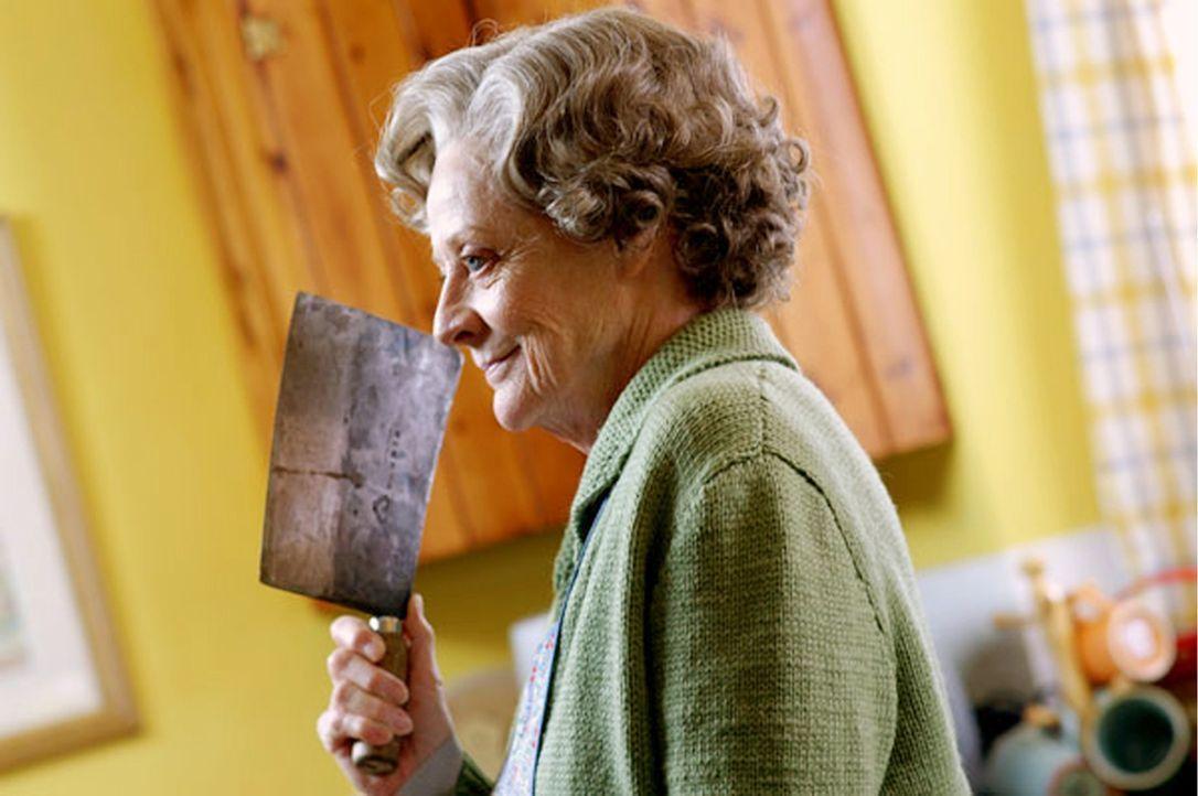 Die scheinbar überaus harmlose Haushälterin Grace Hawkins (Maggie Smith) löst alle Probleme auf ihre eigene Art und Weise ... - Bildquelle: Constantin Film