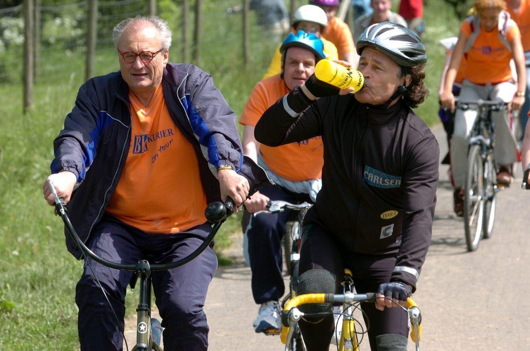 Stein (Dietrich Mattausch, l.) und Lesche (Max Volkert Martens, r.) sind bei der Fahrradtour ganz vorn dabei! - Bildquelle: Markus Hertrich SAT.1 / Markus Hertrich