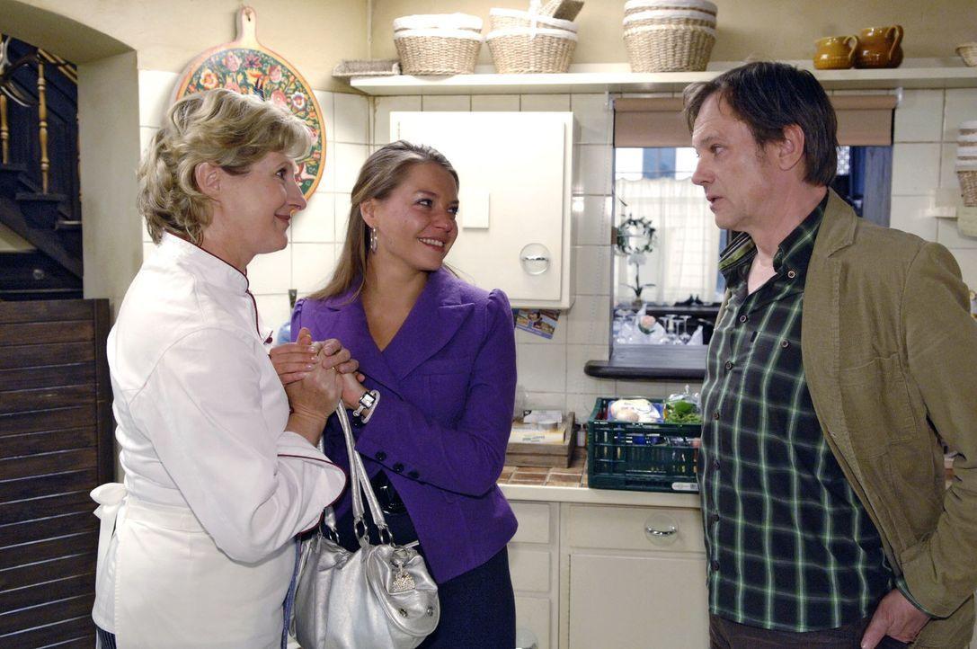 Katja (Karolina Lodyga, M.) suggeriert Susanne (Heike Jonca, l.) und Armin (Rainer Will, r.) eine glückliche Schwangerschaft ... - Bildquelle: Claudius Pflug Sat.1