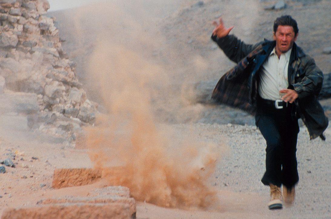 Aus Liebe zu seinem Sohn erklärt Marc (Peter Maffay) sich bereit, eine Mine zu entschärfen, die den Entführern den Fluchtweg versperrt ... - Bildquelle: Heiko von Tippelskirch ProSieben