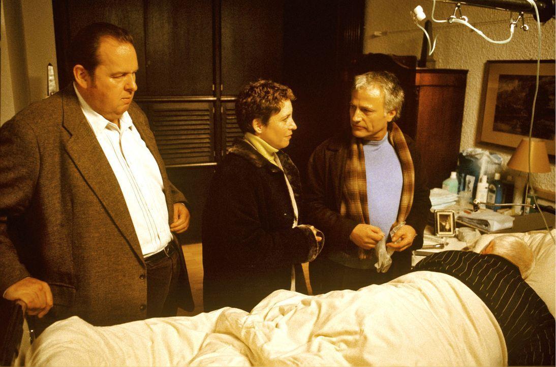 Markus Busch (Arnulf Schumacher, liegend) wird von Benno (Ottfried Fischer, l.), Sabrina (Katerina Jacob, M.) und dem Hausarzt (Gerhard Acktun, r.)... - Bildquelle: Magdalena Mate Sat.1