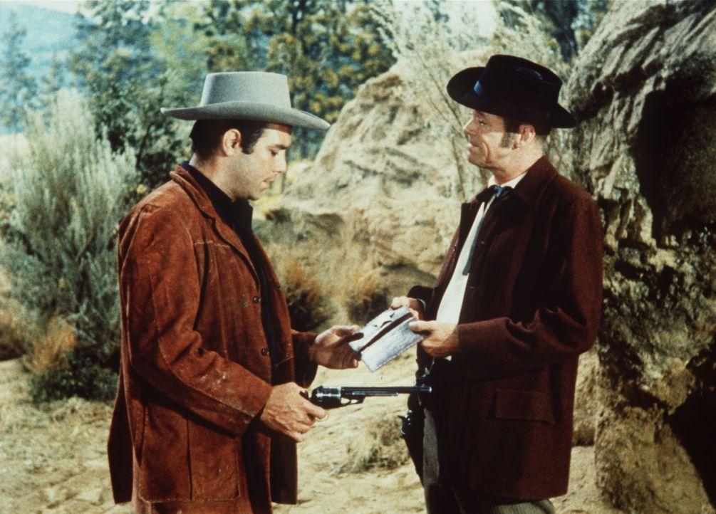 Adam Cartwright (Pernell Roberts, l.) verdankt dem Marshal Esketh (Dan Duryea, r.) sein Leben. - Bildquelle: Paramount Pictures