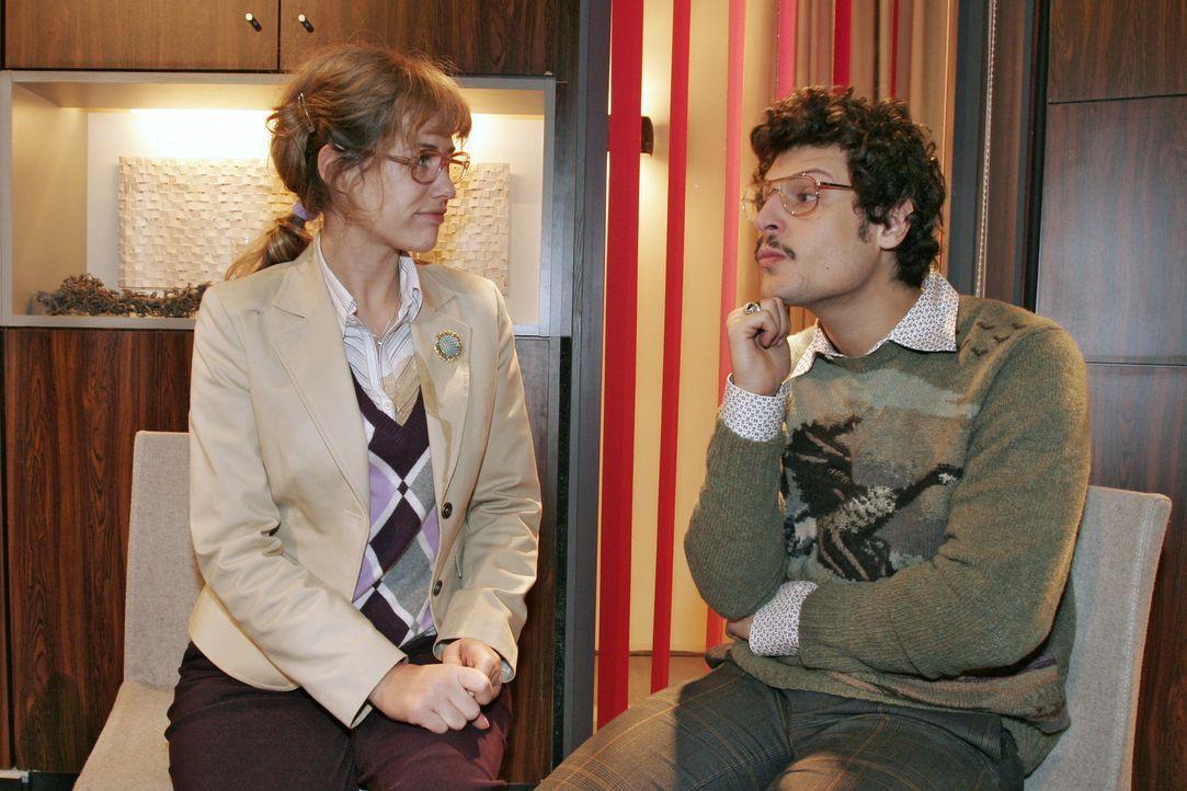 Lisa (Alexandra Neldel, l.) findet in Rokko (Manuel Cortez, r.) einen guten Zuhörer. - (Dieses Foto von Alexandra Neldel darf nur in Zusammenhang mi... - Bildquelle: Noreen Flynn Sat.1