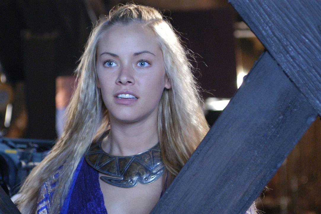 Brunhild (Kristanna Loken) wartet in Island auf ihren geliebten Siegfried. Als sie eine Flotte heransegeln sieht, glaubt sie, dass ihre Träume nun e... - Bildquelle: Sat.1/© 2004 Tandem Communications/VIP Medienfonds 2&3 TANDEM PRODUCTIONS