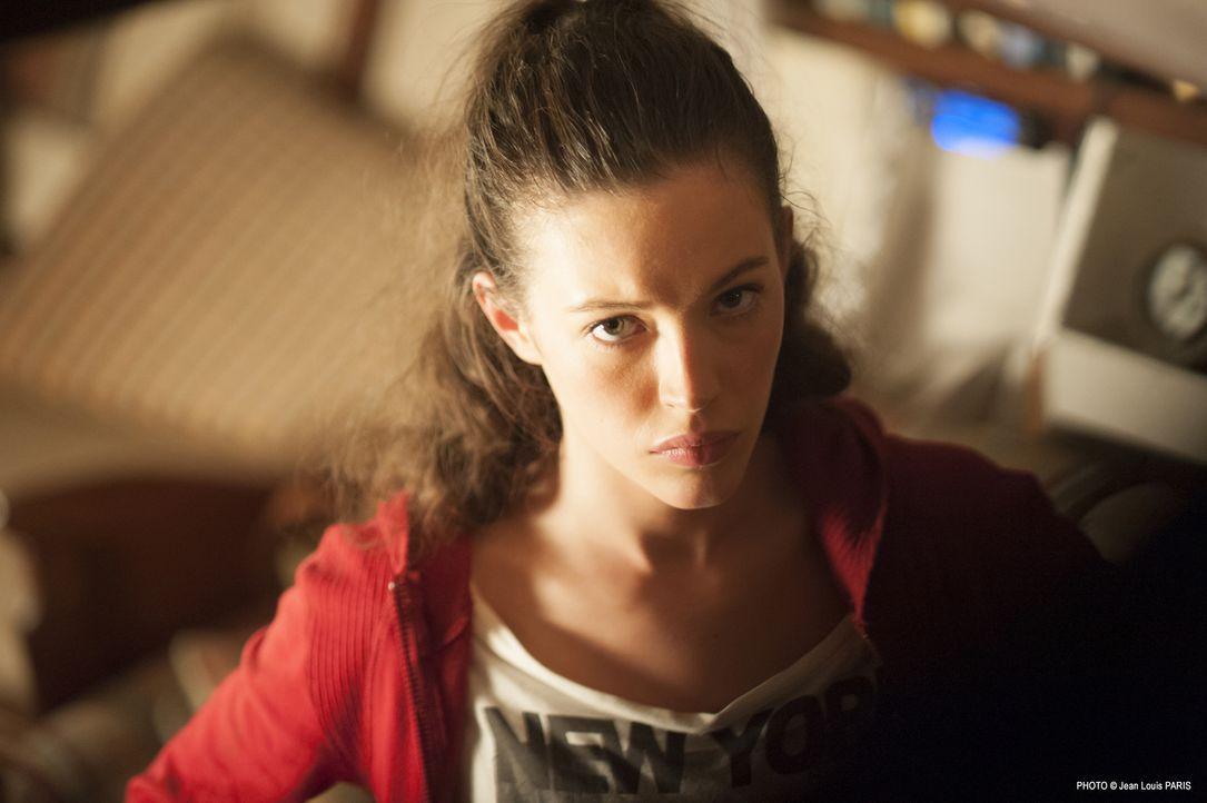 Die junge Leslie Sorel (Dorcas Coppin) findet sich vollkommen allein in der großen Welt wieder, nachdem sie ihren Vater verloren hat. Doch dann beko... - Bildquelle: Jean Louis PARIS