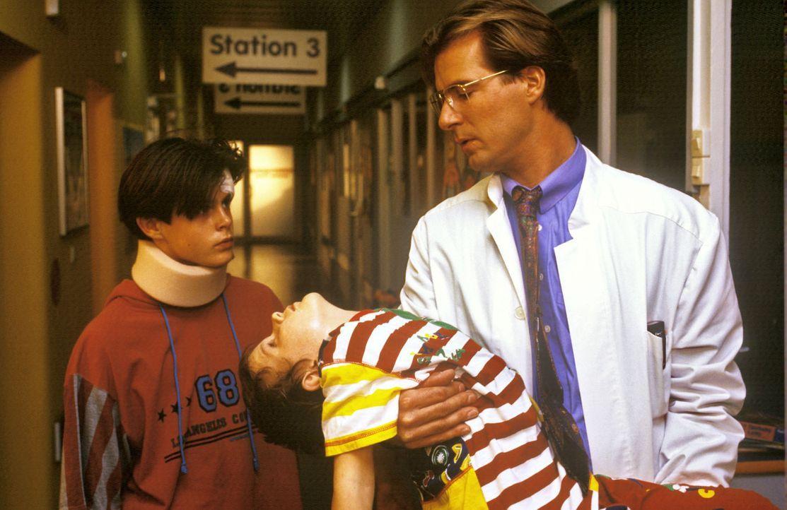 Dr. Lüders (Ralf Lindermann, r.) hält den kleinen Sascha (David Schelle, M.) nach einem epileptischen Anfall im Arm. Dem besorgten Oliver (Jan Steil... - Bildquelle: Mike Gast Sat.1