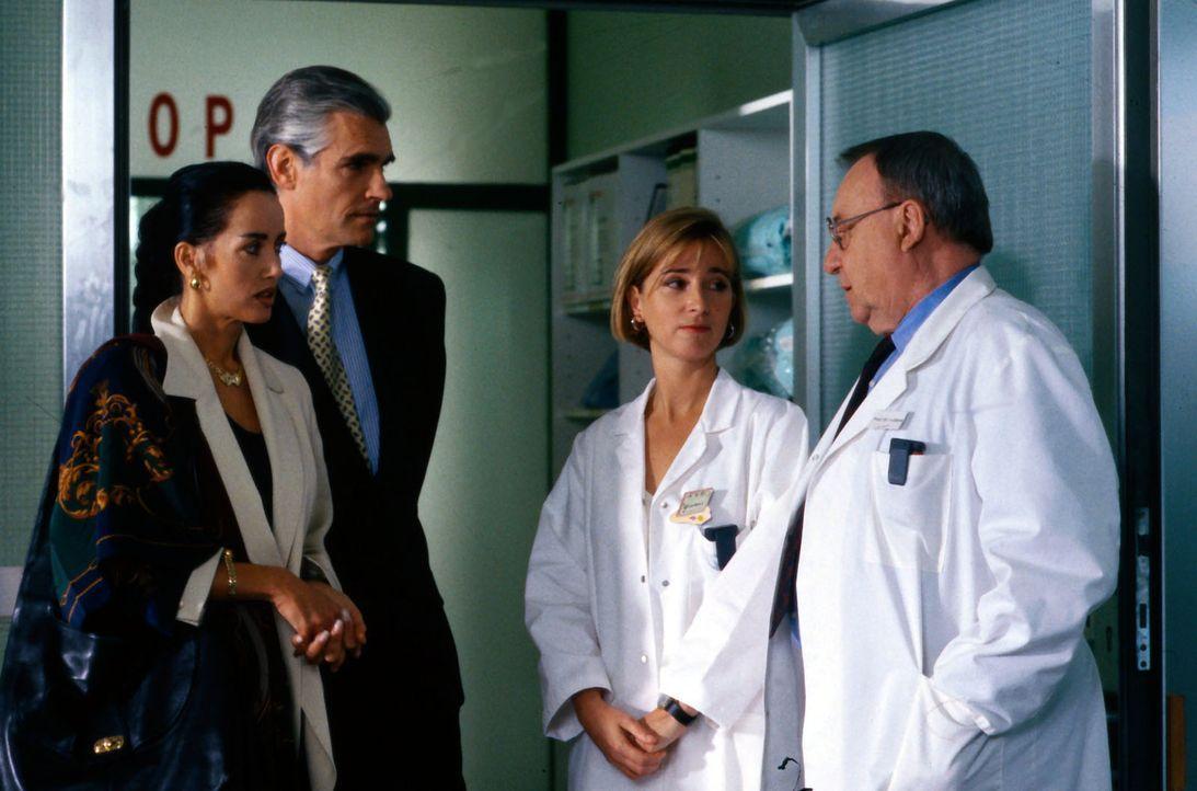 Dr. Lanson (Sky Dumont, 2.v.l.) und seine Frau (Lissi Gräfin Lambsdorff, l.) sind sehr besorgt um das Befinden ihrer Tochter Verena. Schwester Yvonn... - Bildquelle: Bernd Spauke Sat.1