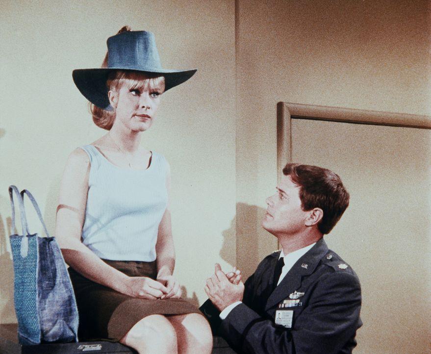 Jeannie (Barbara Eden, l.) ist enttäuscht, weil das geplante Picknick mit Tony (Larry Hagman, r.) ausfallen soll ... - Bildquelle: Columbia Pictures