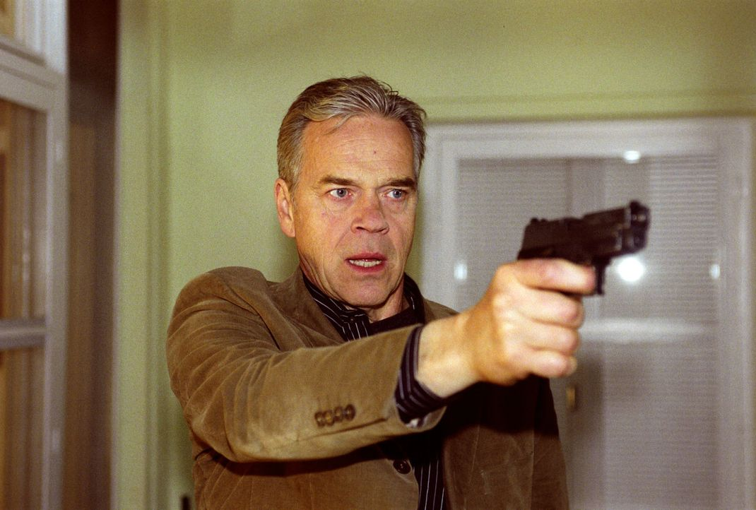 Tom und Wolff (Jürgen Heinrich) stürmen in ein Haus, entdecken die tote Liane Hauff und eine flüchtende Person. Plötzlich löst sich ein Schuss ...... - Bildquelle: Claudius Pflug Sat.1