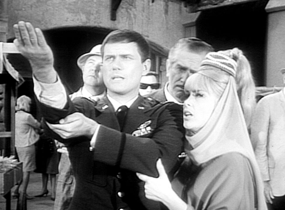 Tony (Larry Hagman, l.) und Jeannie (Barbara Eden, r.) sind in Mekka, um vor einem Minarett heilige Worte zu sprechen. - Bildquelle: Columbia Pictures