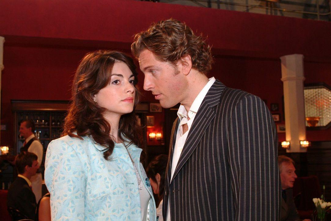 Mariella (Bianca Hein, l.) bekommt von Lars (Clayton M. Nemrow, r.) eine Abfuhr. - Bildquelle: Monika Schürle Sat.1