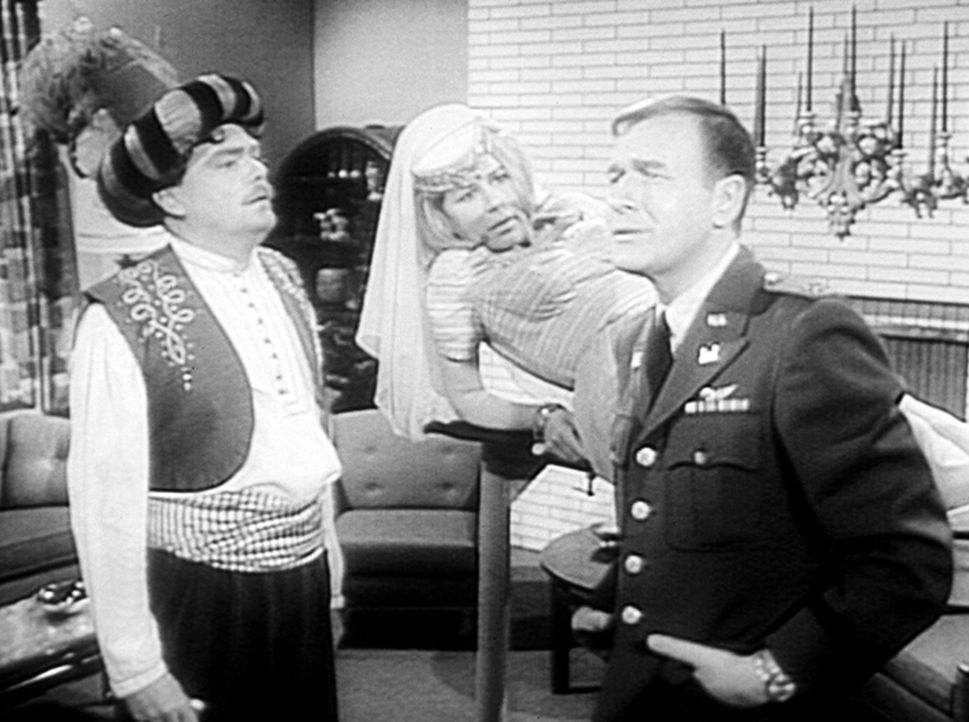 Roger (Bill Daily, r.) hat sich auch eine Jeannie gewünscht. Als er in seiner Wohnung zwei orientalische Gestalten (Emmaline Henry, M., Bernard Fox,... - Bildquelle: Columbia Pictures