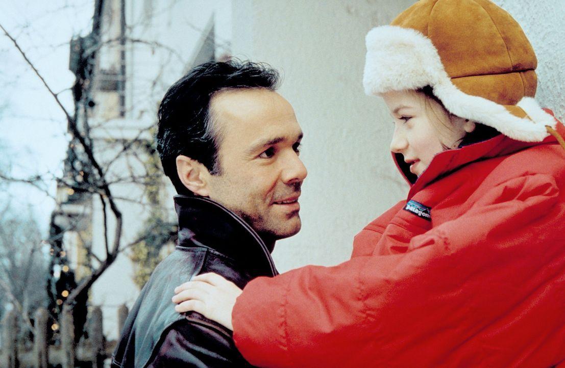 Weil Robert (Hannes Jaenicke, l.) immer noch Julia liebt, will er mit ihr und seiner Tochter (Nina Gummich, r.) Weihnachten feiern. Doch auf ihn war... - Bildquelle: Christian A. Rieger ProSieben