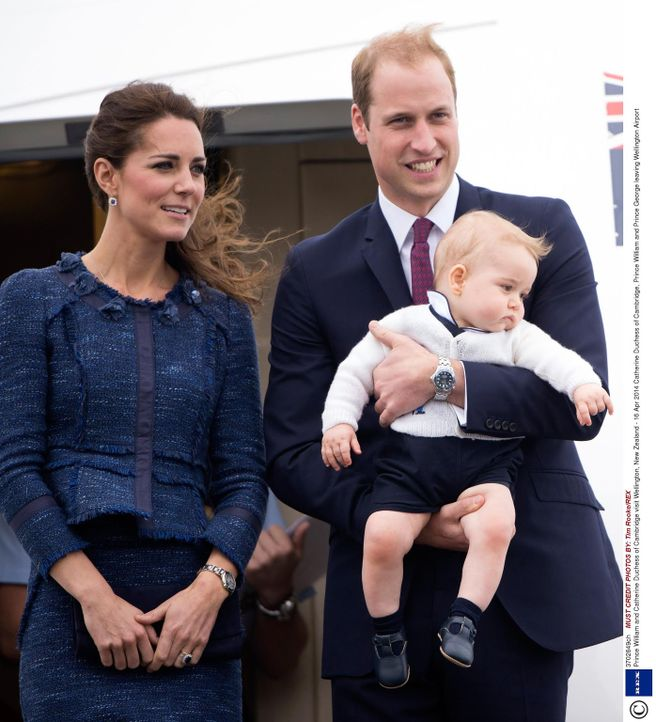 Endlich ist Charlotte Elizabeth Diana da, die kleine Schwester von Prinz George (vorne)! Doch welches Leben erwartet die Prinzessin? Für Kate (l.) u... - Bildquelle: Tim Rooke/REX 2014 Rex Features. No use without permission.