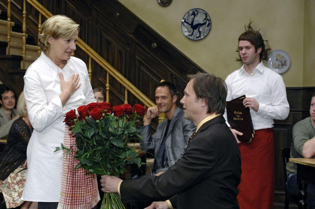 Armin (Rainer Will, vorne r.) macht Susanne (Heike Jonca, vorne l.) einen Heiratsantrag. - Bildquelle: Oliver Ziebe Sat.1