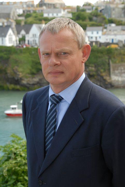 Es ist Martins (Martin Clunes) letzter Tag in Portwenn und die Koffer sind gepackt. Doch dann überschlagen sich die Ereignisse ... - Bildquelle: BUFFALO PICTURES/ITV