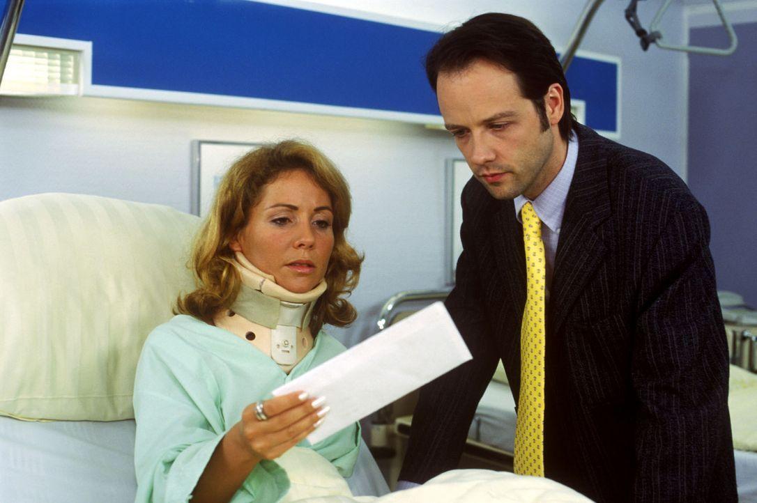 Für das Ehepaar Annika (Jeannine Burch, l.) und Justus Taucher (Jan Bodinus, r.) ist ein Unfall ein Wink des Schicksals: Auf dem Weg zum Scheidungs... - Bildquelle: Noreen Flynn Sat.1