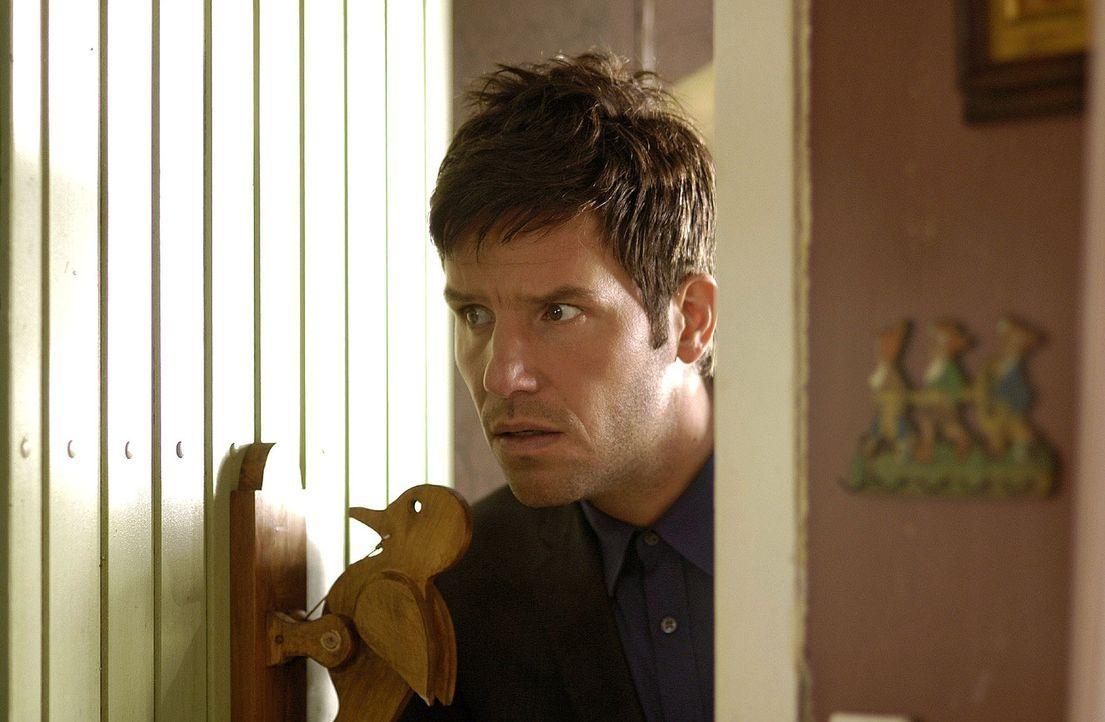Leon (Tim Bergmann) betritt vorsichtig das Haus der Frau, die er im Auftrag seines Onkels vom Grundstück vertreiben soll ... - Bildquelle: Oliver Feist Sat.1