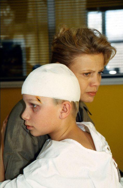 Rita Möller (Karin Düwel, l.) macht sich große Sorgen um die Zukunft ihrer Familie. Nicht nur Mickey (Robert Stadlober, r.) muss unter seinem Vater... - Bildquelle: Daehn Sat.1