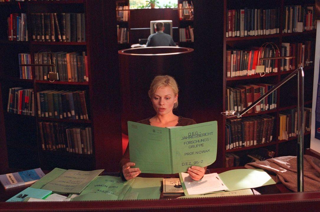 Sucht in den Berichten von Professor Nowak nach Erklärungen: Alex (Susanna Simon) - Bildquelle: Susan Skelton Sat.1
