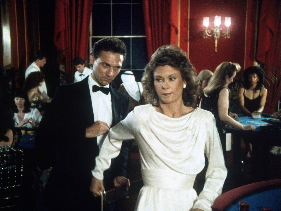 Amanda (Kate Jackson, r.) begegnet ihrem Schulfreund Conrad (Stephen Davies l.), der als gefährlicher, internationaler Verbrecher gesucht wird. - Bildquelle: CBS Television