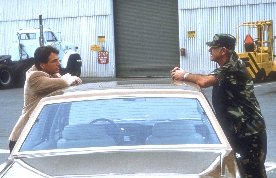 Weil sich die Zuständigkeiten nicht klären lassen, müssen Polizist Jay Austin (Mark Harmon, l.) und der Militärpolizist Leutnant Colonel Alan Caldwe... - Bildquelle: Paramount Pictures