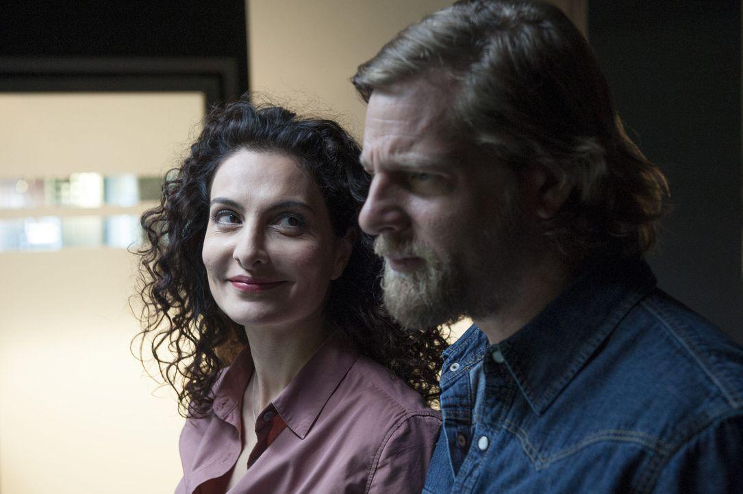 Haben Mick (Henning Baum, r.) und Tanja (Proschat Madani, l.) eine Chance? - Bildquelle: Martin Rottenkolber SAT.1 / Martin Rottenkolber
