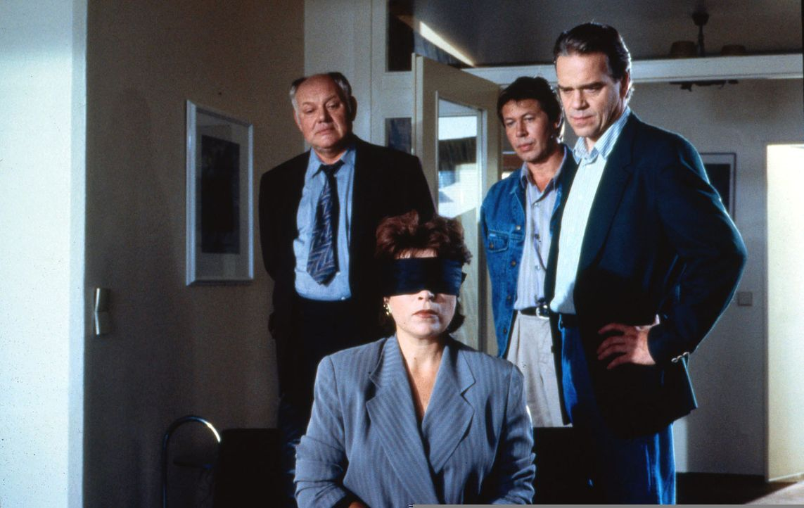 Candice Vogt (Rita Russek, 2.v.l.) wurde von einem Mann entführt und gegen Lösegeld wieder freigelassen. Kommissar Wolff (Jürgen Heinrich, r.) un... - Bildquelle: Alfred Raschke Sat.1