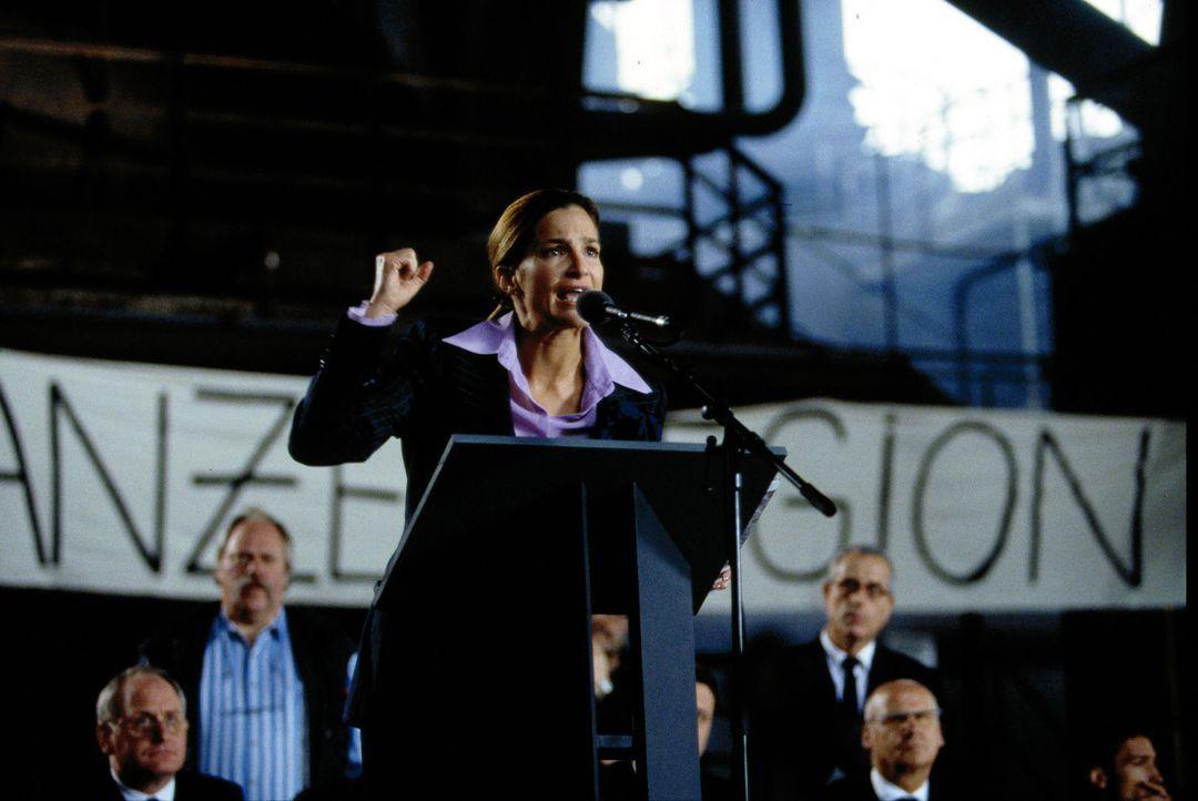 In einer flammenden Rede verspricht Antonia (Alexandra Kamp, M.), die neue Chefin vom Bankhaus Ahrendorff, Arbeitsplätze zu erhalten. - Bildquelle: Thomas Böhme Sat.1