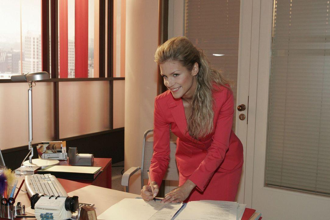 Das verheißt nichts Gutes: Sabrina (Nina-Friederike Gnädig) macht sich an Lisas Arbeitsplatz zu schaffen - und versucht schließlich, deren Handschri... - Bildquelle: Noreen Flynn Sat.1
