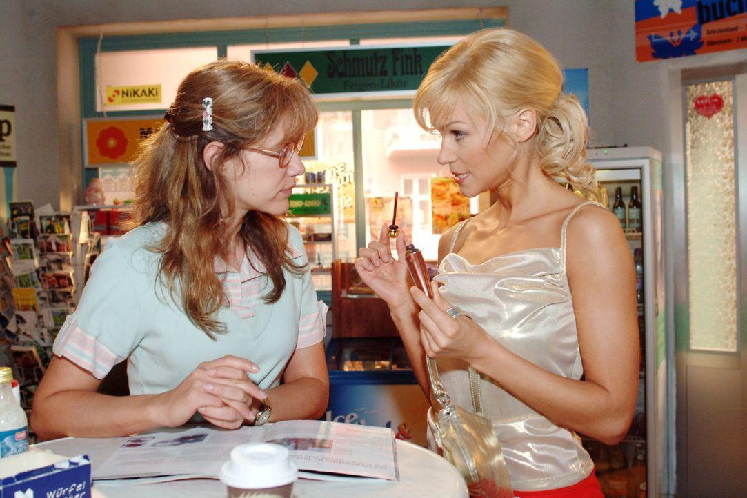 Lisa (Alexandra Neldel, l.) versucht Sabrina (Nina-Friederike Gnädig, r.) Schminktipps zu entlocken. (Dieses Foto von Alexandra Neldel darf nur in Z... - Bildquelle: Monika Schürle Sat.1