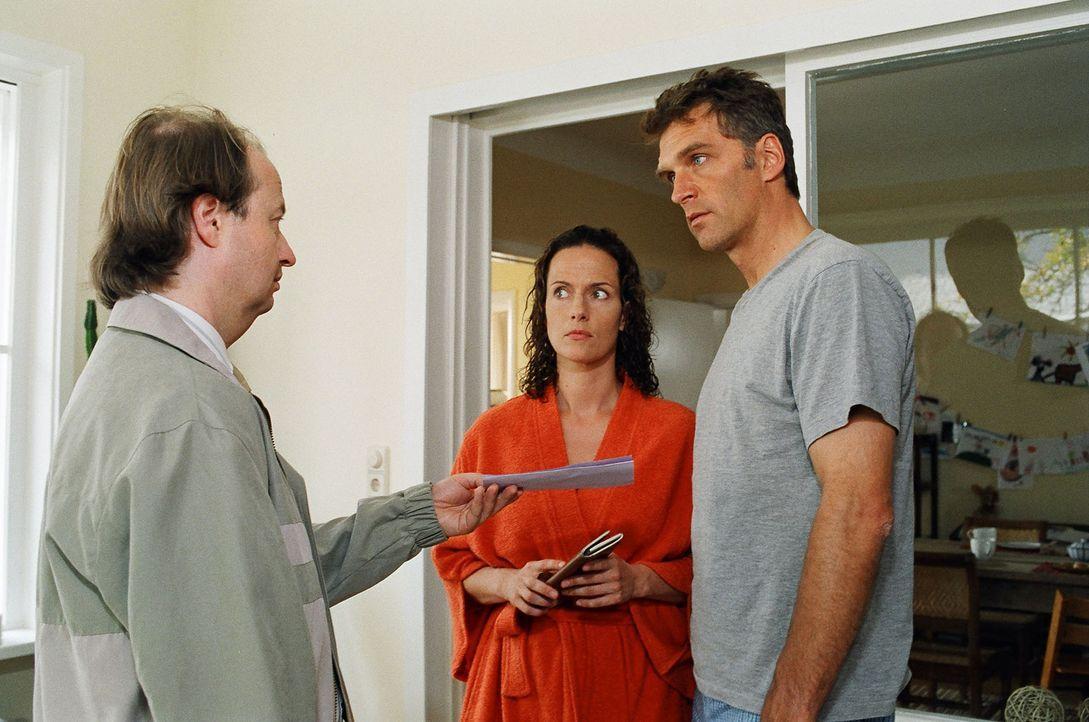 Stefan (Walter Sittler, r.) und Ines Herrlich (Claudia Michelsen, l.) kriegen besuch von der Gerichtsvollzieher. - Bildquelle: Gordon Mühle Sat.1