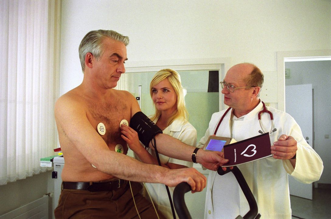 Ein Langzeit-EKG soll Klärung bringen, was Felix' (Christoph M. Ohrt, l.) Herz wirklich fehlt... Dr. Specht (Stefan Rutz, r.) und seine Sprechstunde... - Bildquelle: Hardy Spitz Sat.1