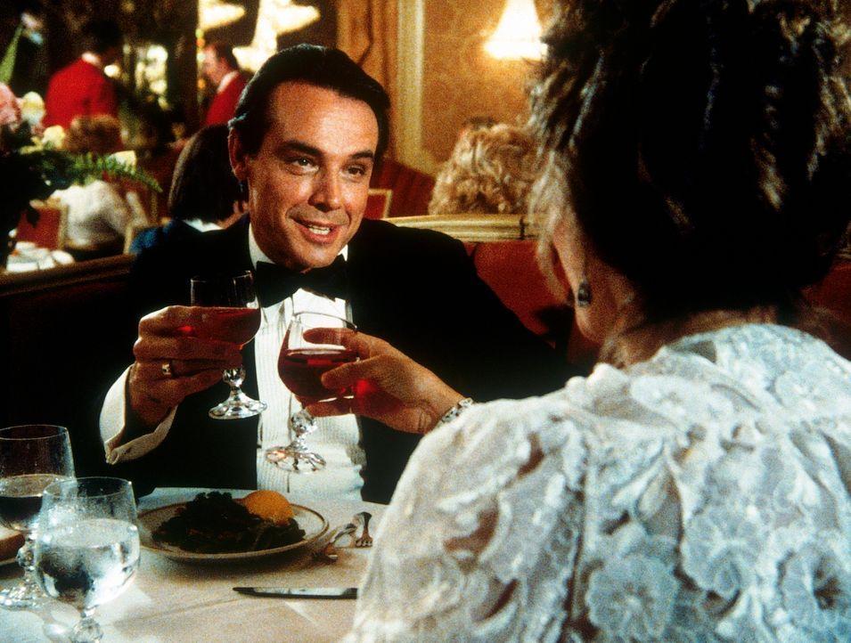 Delano (Paul Shenar, l.) erliegt den Verführungskünsten von Amanda (Kate Jackson, r.), die als Millionärserbin getarnt ist. - Bildquelle: CBS Television