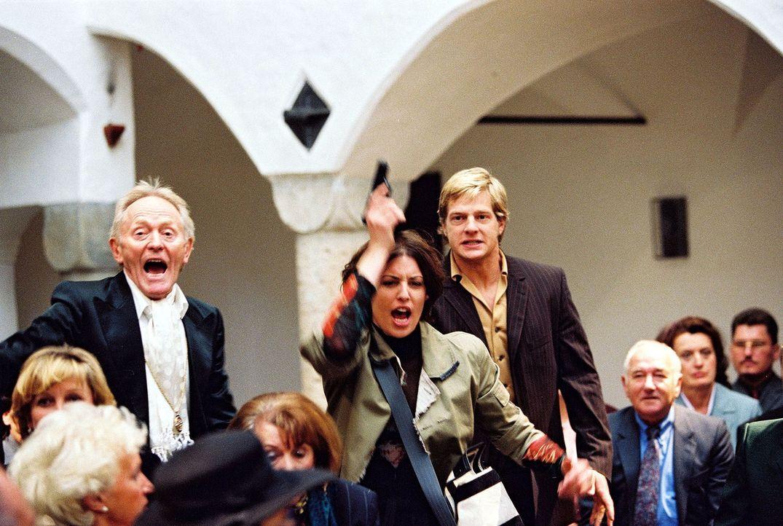 Nina (Elena Uhlig, M.) und Leo (Henning Baum, 4.v.r.) verfolgen den flüchtigen Köhler ... - Bildquelle: Christian A. Rieger Sat.1